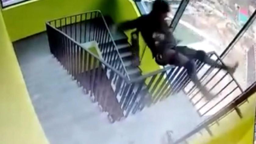 Rusya'da tek elle merdiven tırmanan dağcı aşağı uçtu