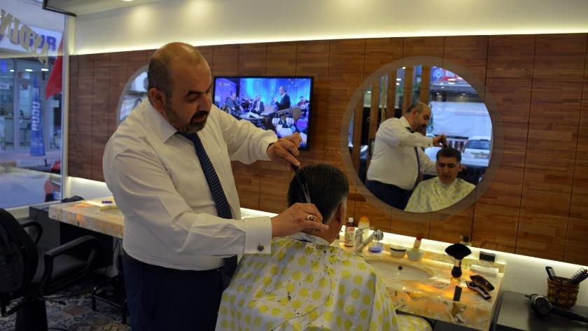 Müşterilerini şarkı söyleyerek tıraş ediyor