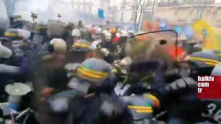 Paris'te itfaiyeciler polis barikatını zorladı