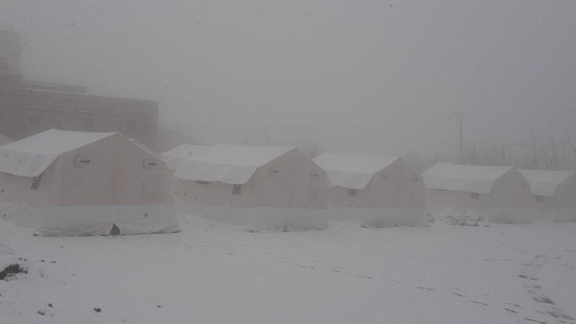 Elazığ'da deprem çadırları kar altında