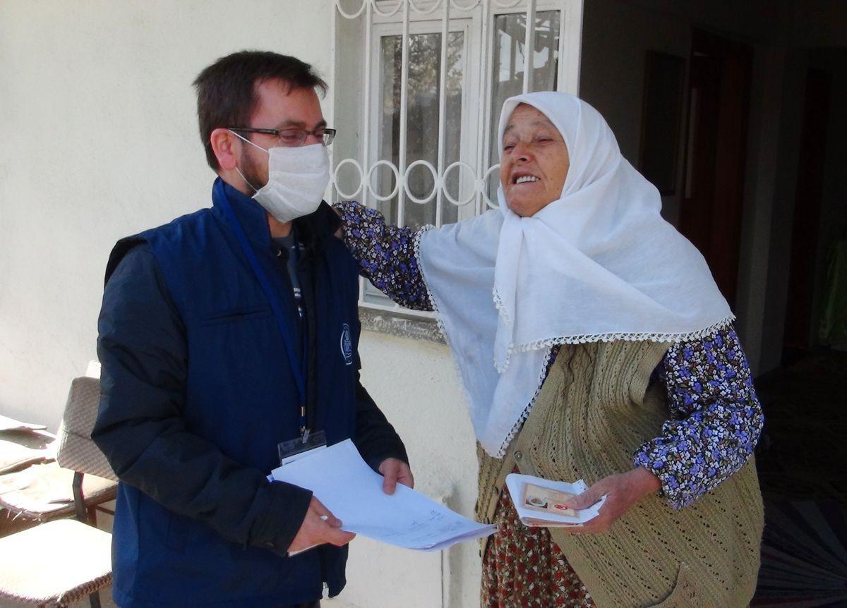 Yaşlı kadın, maaşını getiren görevliyi alnından öptü! - Sayfa 2