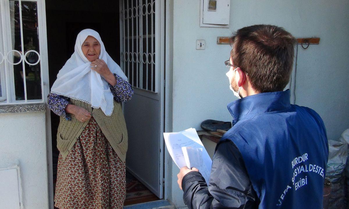 Yaşlı kadın, maaşını getiren görevliyi alnından öptü! - Sayfa 3