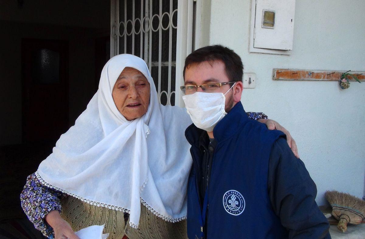 Yaşlı kadın, maaşını getiren görevliyi alnından öptü! - Sayfa 4
