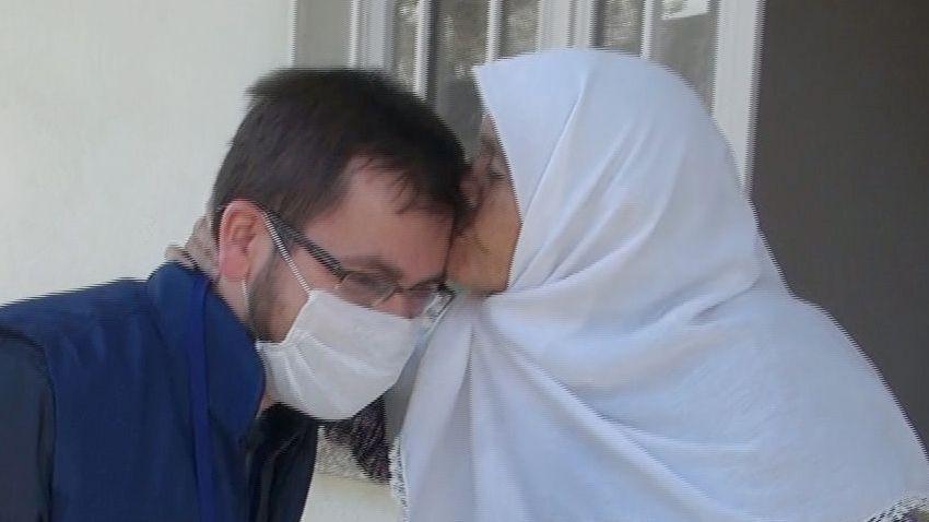 Yaşlı kadın, maaşını getiren görevliyi alnından öptü! - Sayfa 1