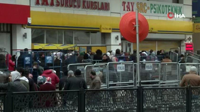 İstanbul'da kapalı olan PTT önüne akın ettiler