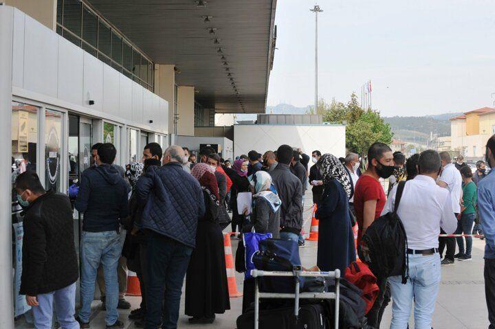 Seyahat izin belgesi alma sırasında sosyal mesafe hiçe sayıldı! - Sayfa 1