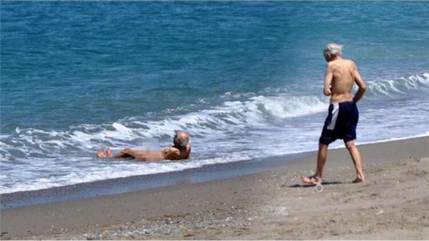 Antalya'da yasağa rağmen şortunu çıkardı denize girdi