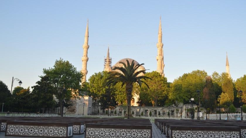 İstanbul'da bayram sabahı camiiler ve meydanlar boş kaldı