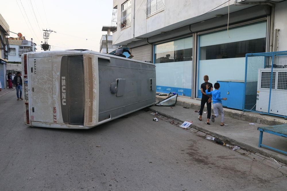 Adana'da korkunç kaza: Tarım işçilerini taşıyan 2 midibüs kavşakta çarpıştı! Kazada 12 yaralı var! - Sayfa 2