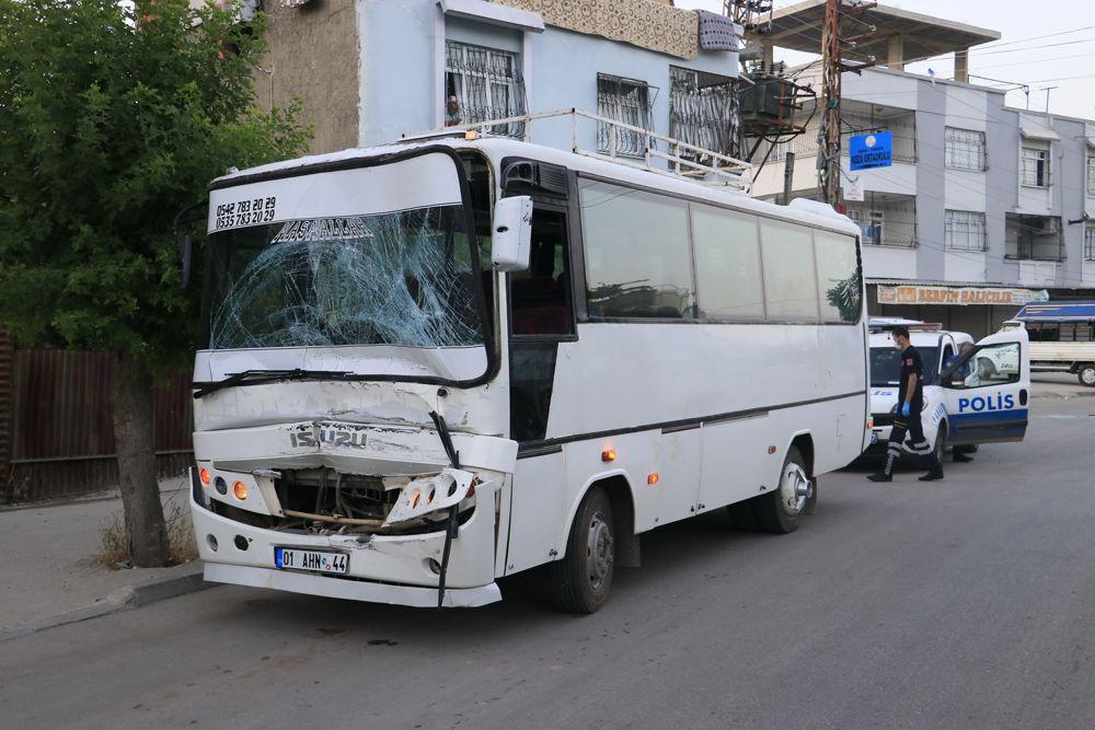 Adana'da korkunç kaza: Tarım işçilerini taşıyan 2 midibüs kavşakta çarpıştı! Kazada 12 yaralı var! - Sayfa 4