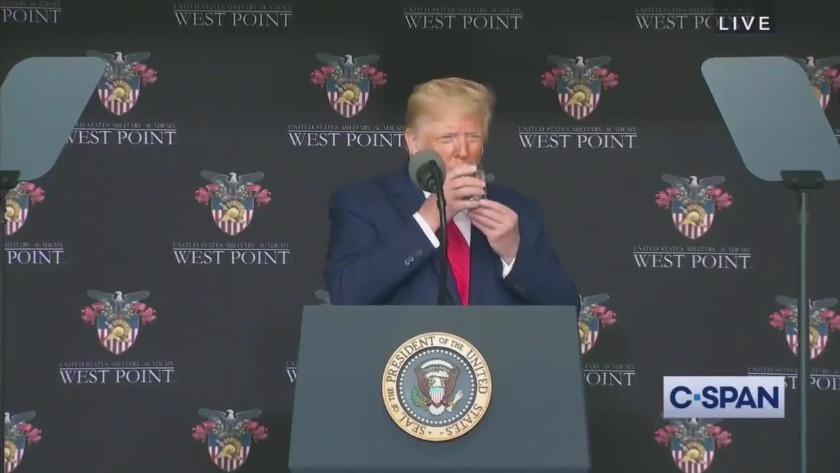 Trump'ın görüntüsü şok etti ! Su içerken...