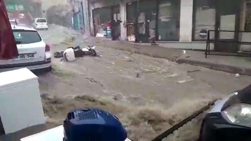 Bursa'da yağışlar hayatı felç etti! Sele kapılan kadın böyle sürüklendi
