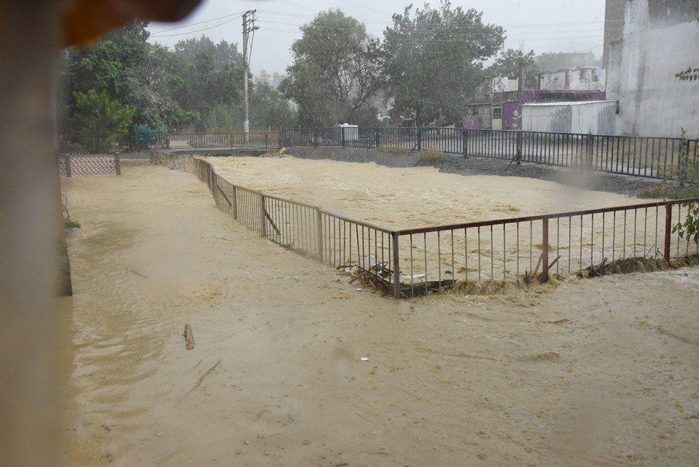 Sağanak yağış bu seferde İzmir'i vurdu! Evleri su bastı - Sayfa 2