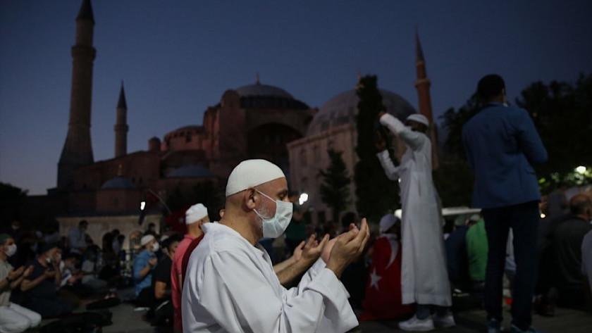 Ayasofya Camii önünde akşam namazı kılındı
