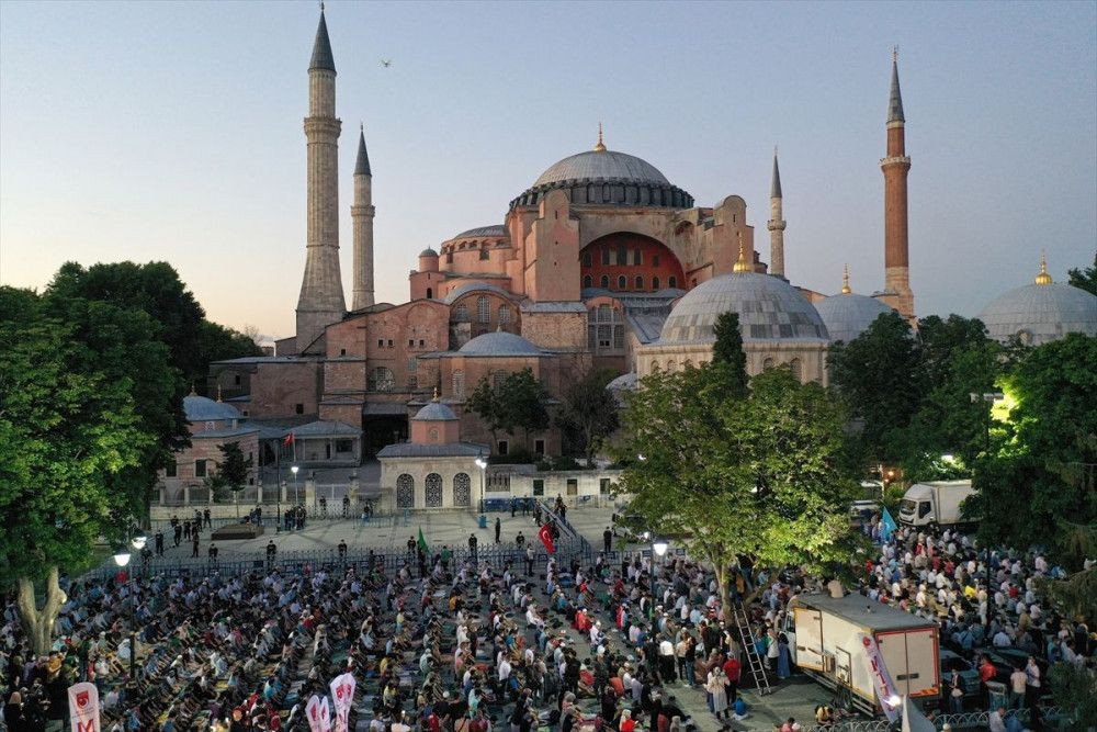 Ayasofya Camii önünde akşam namazı kılındı - Sayfa 4