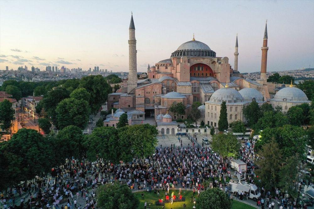 Ayasofya Camii önünde akşam namazı kılındı - Sayfa 3