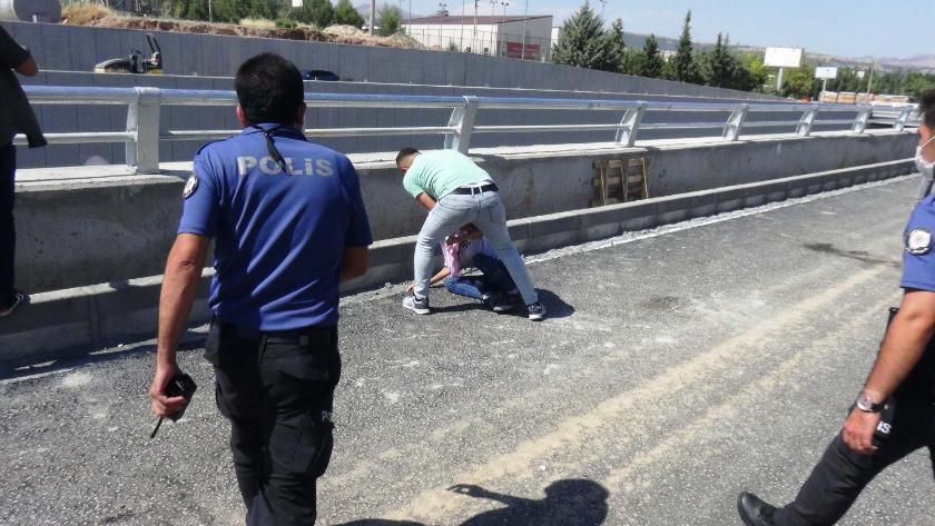 Köprüden atlamak isteyen genç kızı polis ikna etti