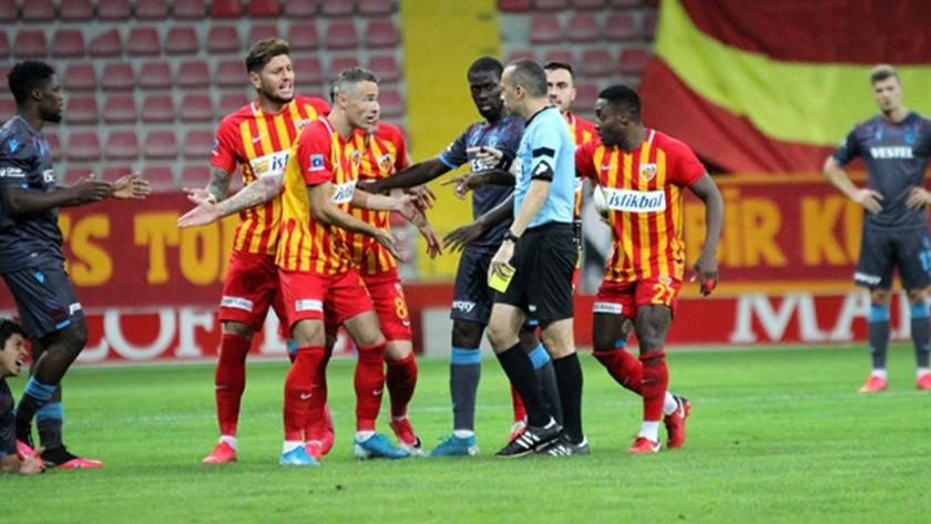 Ligden düşen Kayserispor'da futbolcular hakem Cüneyt Çakır'a saldırdı