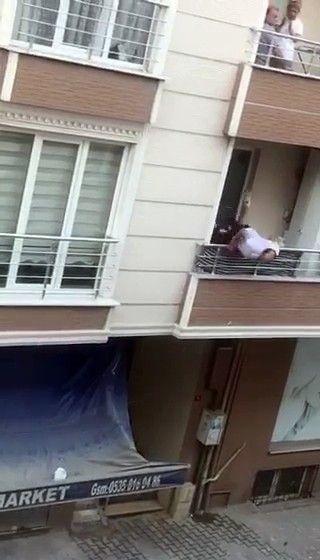 Kavga ettiği adama balkondan tencere atarken balkondan aşağıya düştü! İşte oanlar! video izle - Sayfa 3