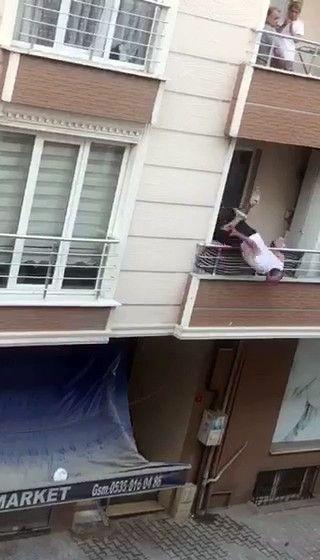 Kavga ettiği adama balkondan tencere atarken balkondan aşağıya düştü! İşte oanlar! video izle - Sayfa 4