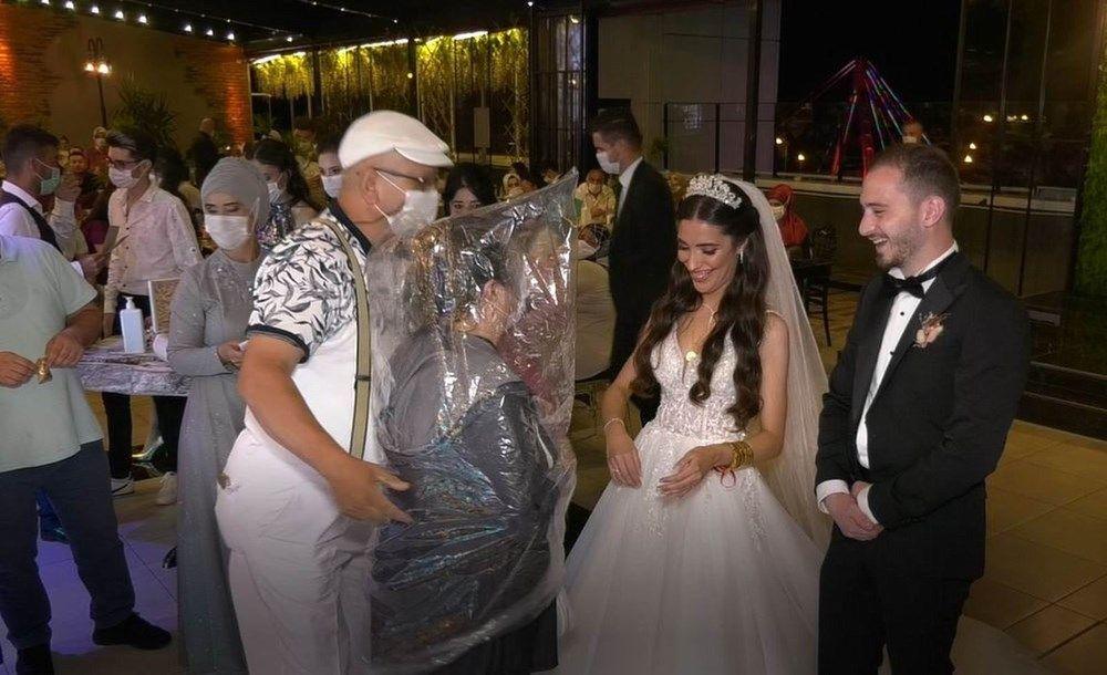 Düğünde görülmemiş önlem! Geline sarılmak için bunu yaptı - Sayfa 1