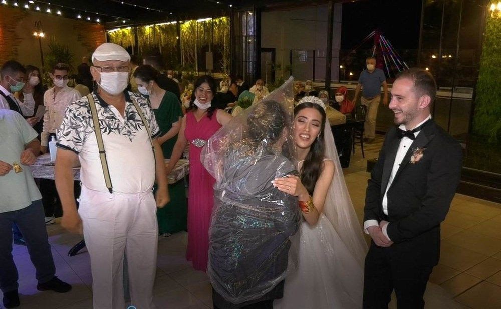 Düğünde görülmemiş önlem! Geline sarılmak için bunu yaptı - Sayfa 2