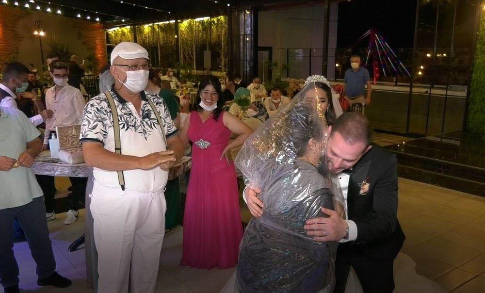 Düğünde görülmemiş önlem! Geline sarılmak için bunu yaptı - Sayfa 3