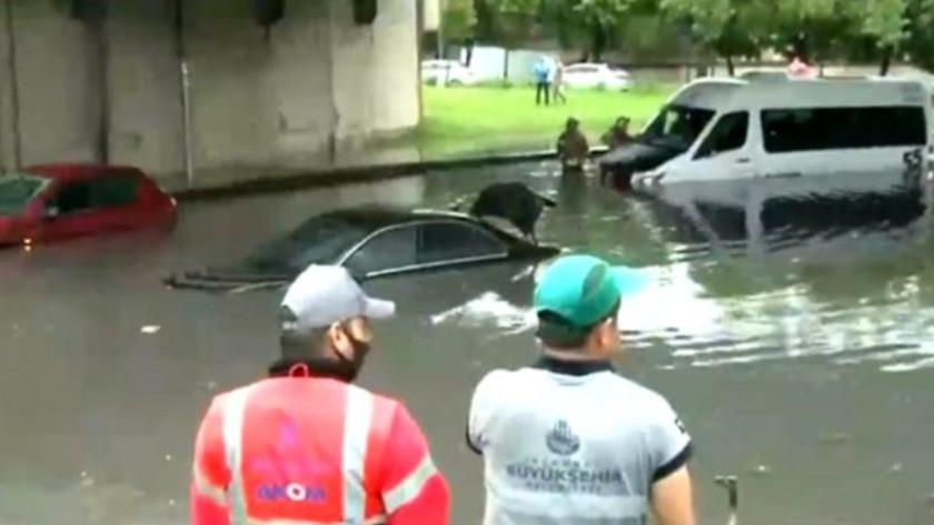 İstanbul Topkapı'da sağanak yağış minibüsü mahsur bıraktı