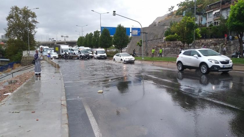 İzmir'de ceviz büyüklüğünde dolu yağdı