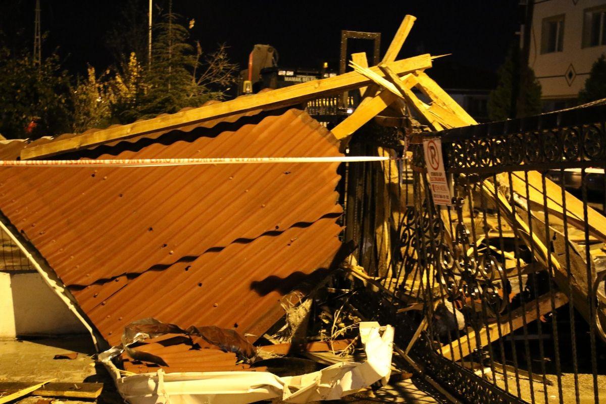 Ankara'da şiddetli fırtına binaların çatısını uçurdu - Sayfa 4