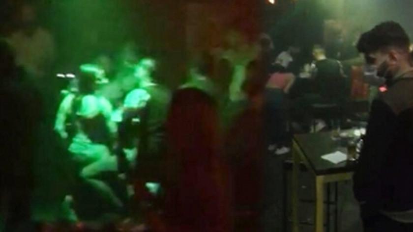 Beyoğlu'nda  gece kulübünde sosyal mesafe hiçe sayıldı