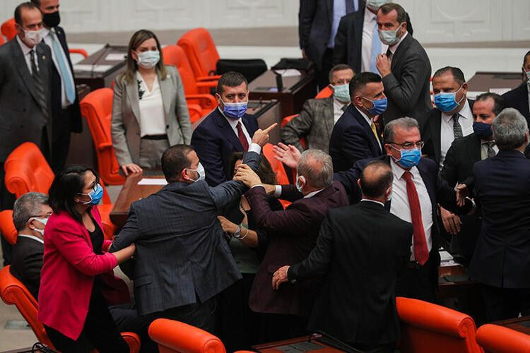 Meclis'te ortalık karıştı! Yumruk yumruğa kavga! - Sayfa 2