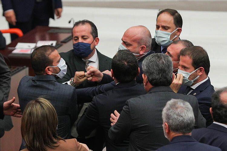 Meclis'te ortalık karıştı! Yumruk yumruğa kavga! - Sayfa 4
