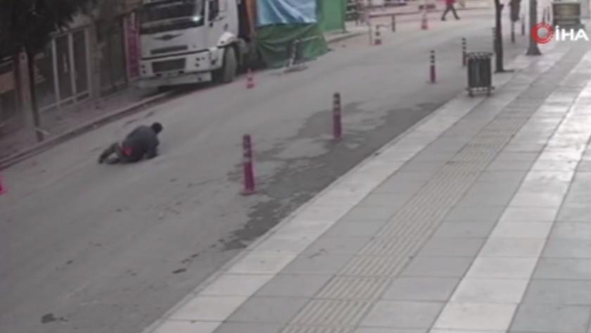 Elazığ'daki deprem anında bir vatandaş camdan atladı - İşte o anlar !