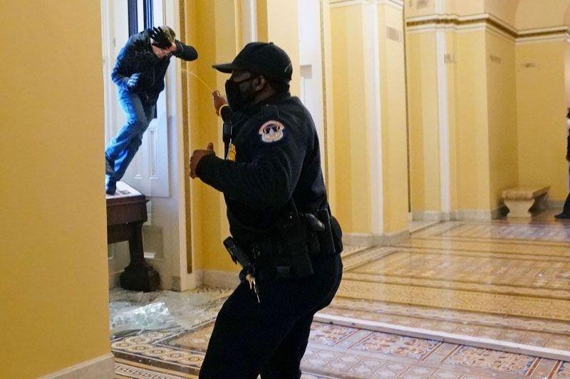 Donald Trump'ın destekçileri kongre binasını basıp içeri girdiler! Amerika karıştı! - Sayfa 1