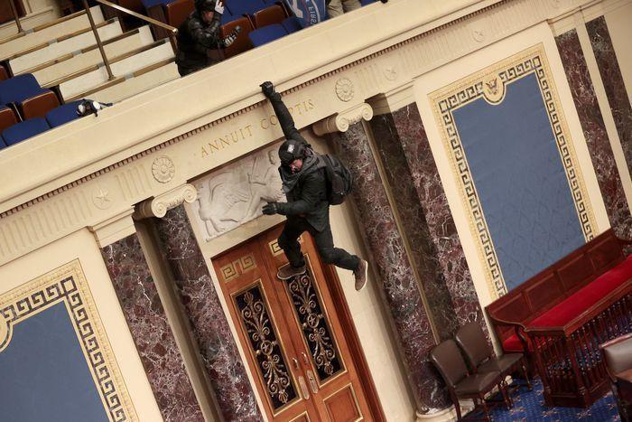 Donald Trump'ın destekçileri kongre binasını basıp içeri girdiler! Amerika karıştı! - Sayfa 4