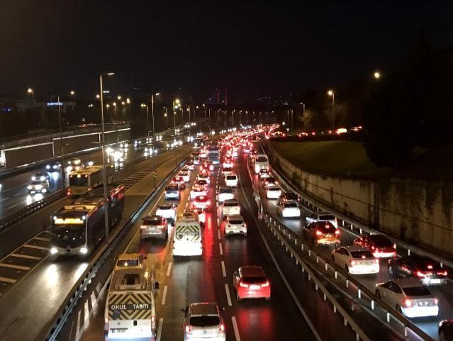 56 saatlik kısıtlama sonrası İstanbul'da trafik yoğunluğu - Sayfa 1