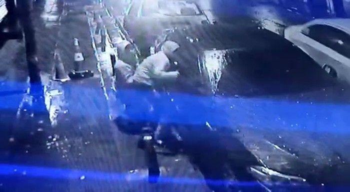 Lüks araç vatandaşların gözü önünde soyan hırsızların rahat tavırları pes dedirtti! video izle - Sayfa 1