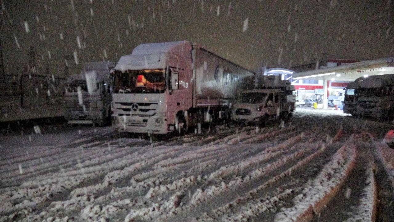 Tokat-Sivas kara yolunda yoğun kar yağışı ulaşımda aksama! - Sayfa 1