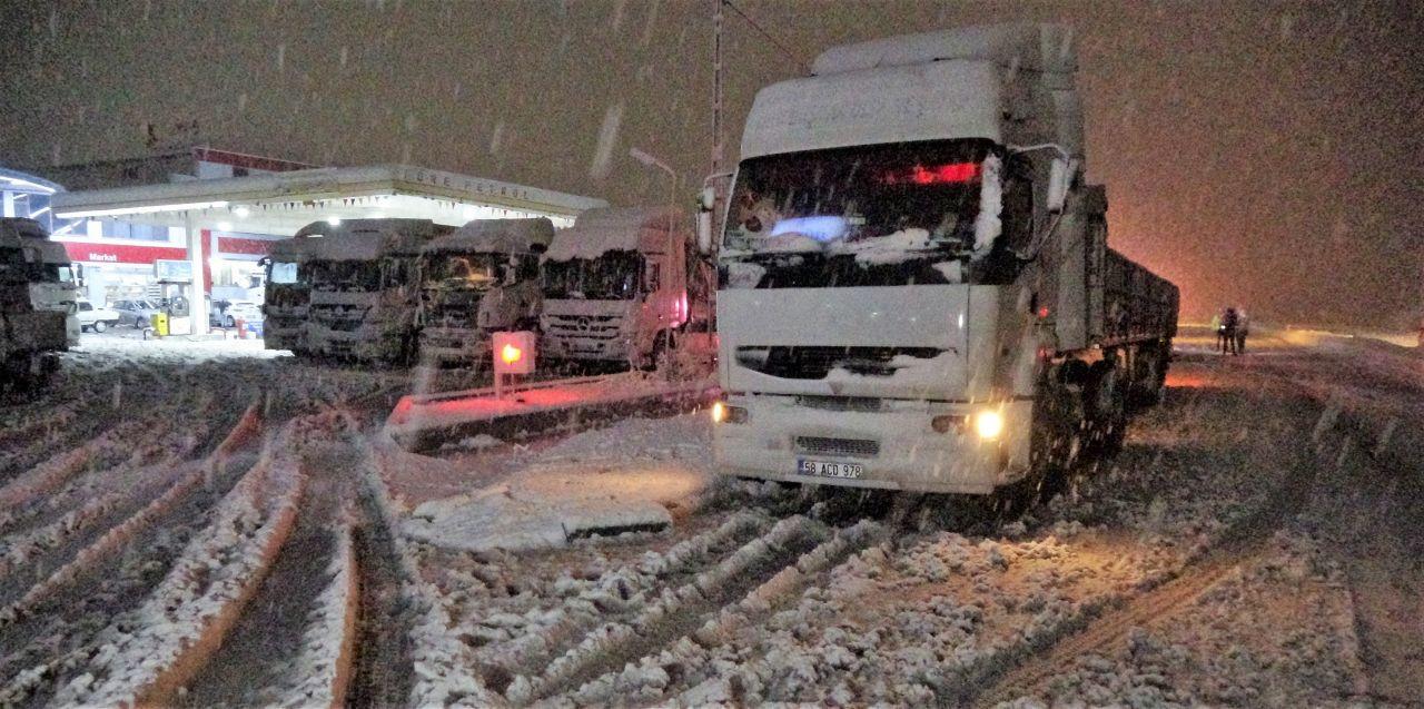 Tokat-Sivas kara yolunda yoğun kar yağışı ulaşımda aksama! - Sayfa 2