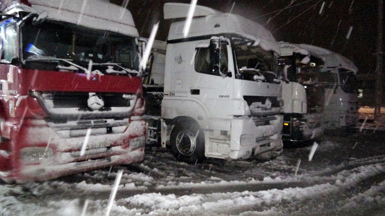 Tokat-Sivas kara yolunda yoğun kar yağışı ulaşımda aksama! - Sayfa 3