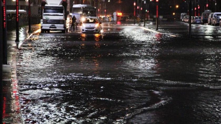 Manisa'da sağanak yağış cadde ve sokakları göle çevirdi!