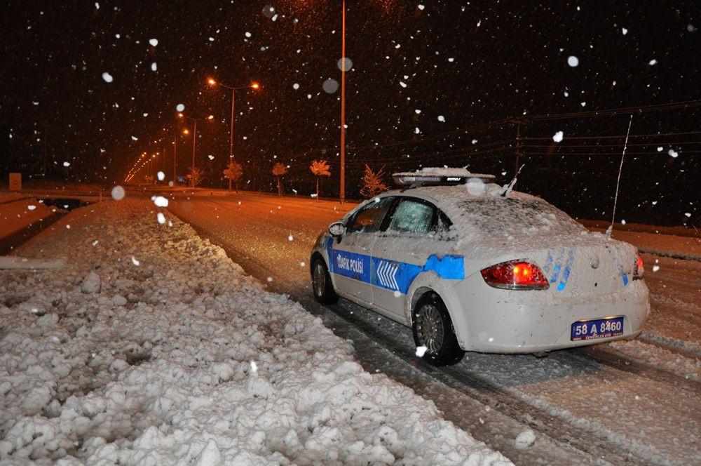 Sivas-Kayseri karayolunda 8 araç yoğun kar yağışı nedeniyle mahsur kaldı - Sayfa 1