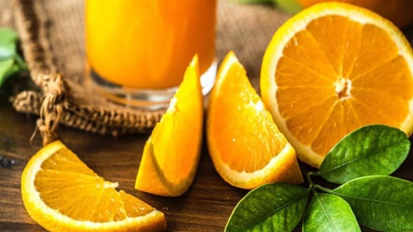 Bagaj ücreti ödememek için 30 kilo portakalı yediler