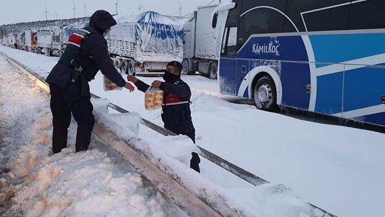 Balıkesir-Bursa karayolunda kar esareti! 15 saattir kapalı... - Sayfa 1