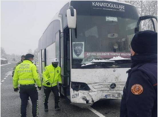 Voleybol Takımını taşıyan otobüs cipe çarptı! Yaralılar var - Sayfa 4