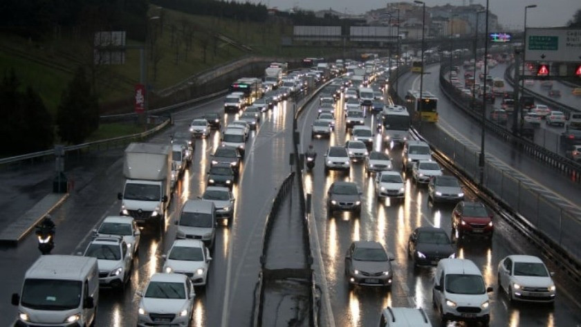 İstanbul'da trafiğe kar etkisi! Yoğunluk yüzde'60'ı geçti