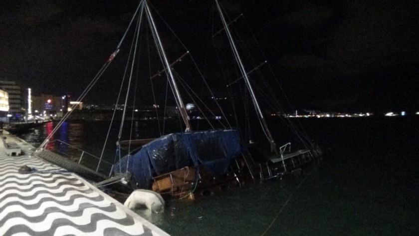 İzmir'de fırtına kabusu geri döndü! Ağaçlar devrildi, tekne yan yattı
