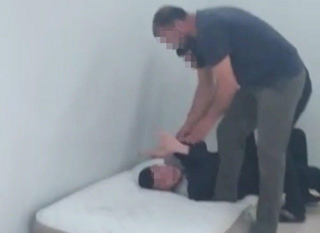 İzmir'de engelli bakım merkezinde zihinsel engelliye şiddet dehşeti anları kamerada! video izle - Sayfa 4