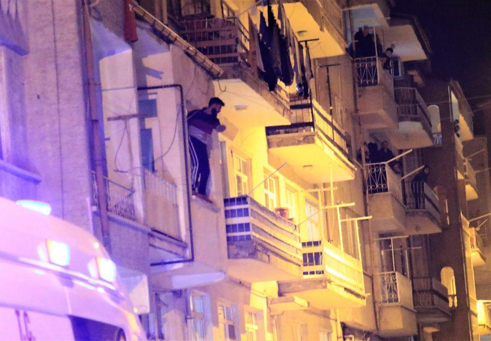 Çocuğunu görmeyen baba, bıçakla cama çıkıp kendini polise ihbar etti! video izle - Sayfa 2